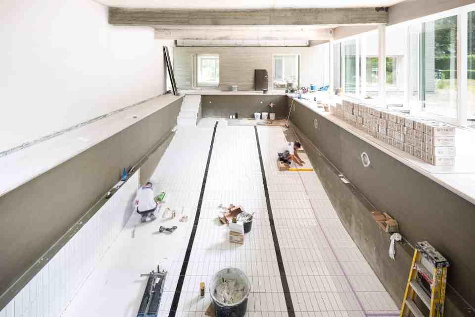 Plaatsen van keramische tegels zwembad Brugge Oostende