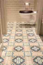 Toilet met retro tegels