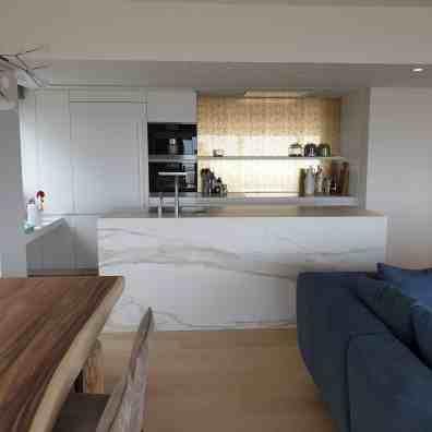 Keukenaanrecht met XXL tegels in marmer Oostende