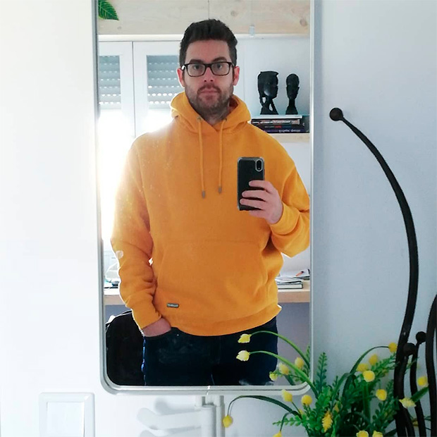 Bouman con sudadera amarilla