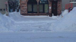 お店の前の雪山で視界が悪いです