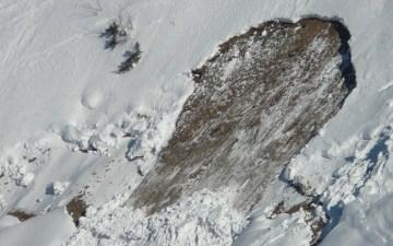 【防災】雪崩の生存率や起きやすい条件・場所とは?前兆の見分け方や発生した時の対処とは