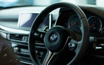 【防災】車の運転中に地震が起きたらどうすればいい?急ブレーキはNG・ゆっくり左側に寄せて停車する