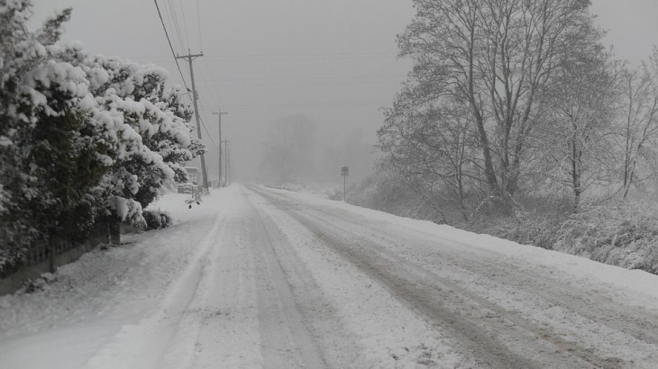 【防災】車の運転中に吹雪が発生したらどう避難する?|給油は早めにしておこう
