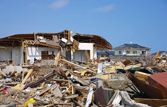 【防災】地震で瓦礫に閉じ込められた時の行動|体力消耗せずに助けを呼ぶ