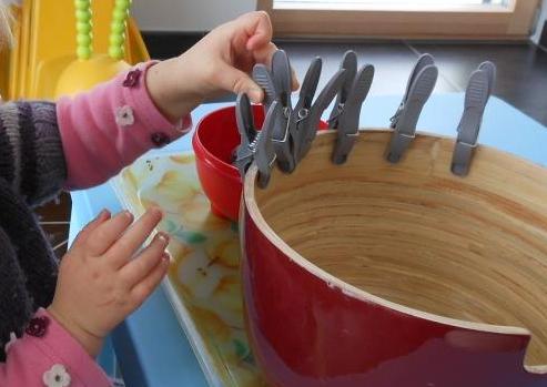 P dagogie montessori avec des pinces linge bout de - Activite pince a linge maternelle ...
