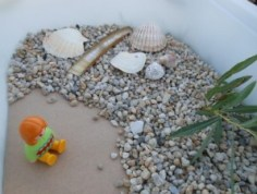 Activité Montessori : bac sensoriel