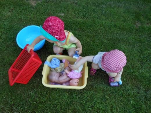 Pédagogie Montessori bain des poupées