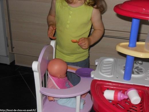 Bébé 2 ans joue à la poupée