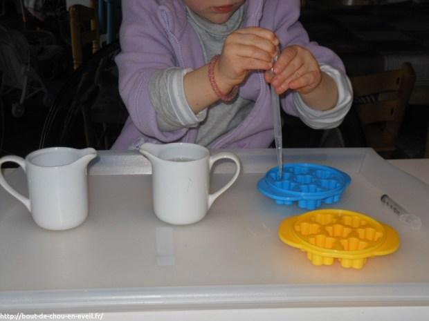 Activité Montessori transvaser de l'eau
