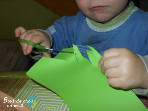 Bébé 2 ans avec les ciseaux