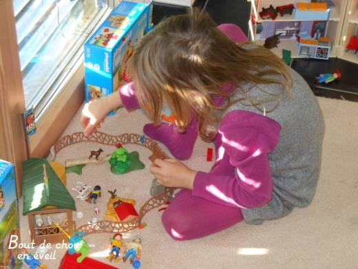 Enfant 5 ans avec Playmobil