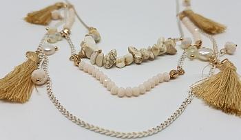 Collier pompons beiges et perles sur chaînettes blanches zoom