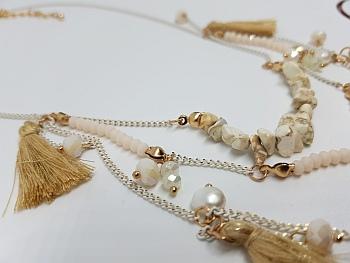 Collier pompons beiges et perles sur chaînettes blanches zoom2