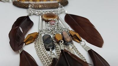 Collier cascade de plumes marrons et chainettes detail 2