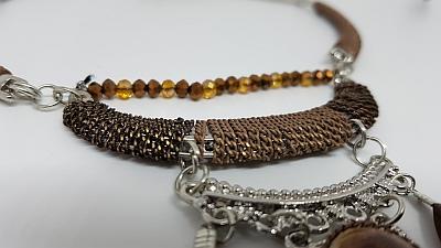 Collier cascade de plumes marrons et chainettes detail