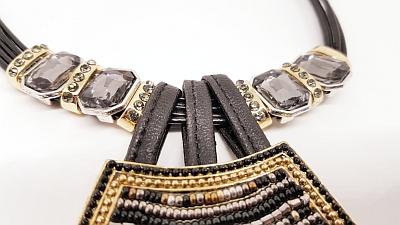 Collier perles noires et or detail
