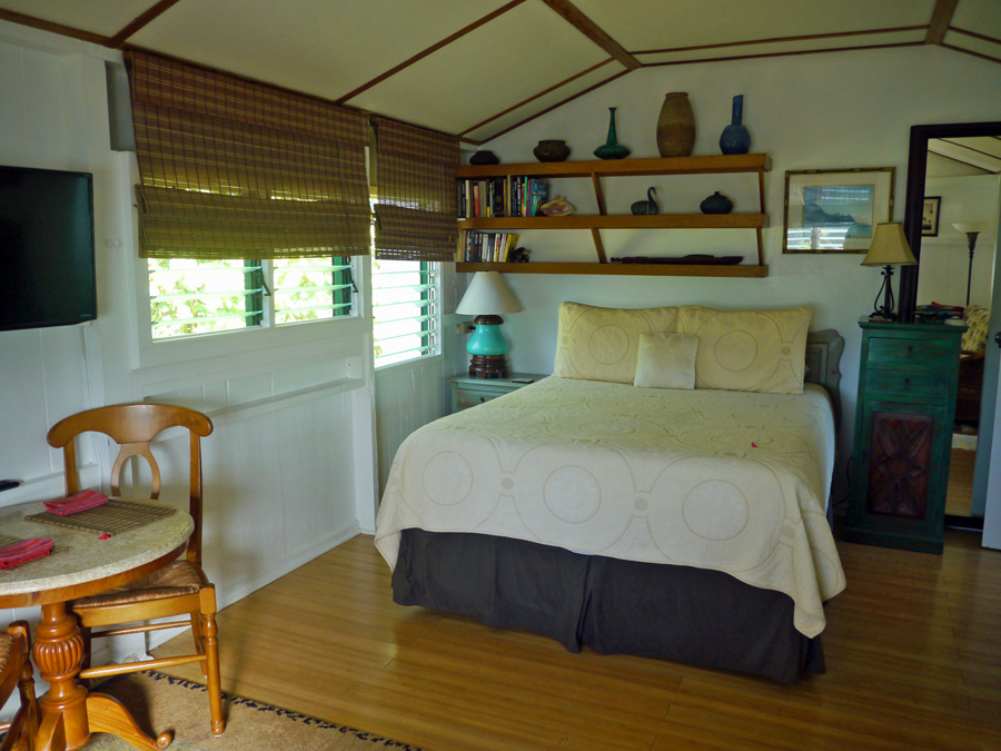 Canal Cottage bedroom, Fern Grotto Inn, self-catering Hawaii
