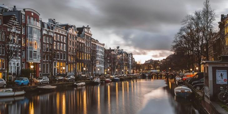 Kademuren Amsterdam aangepakt vanaf het water