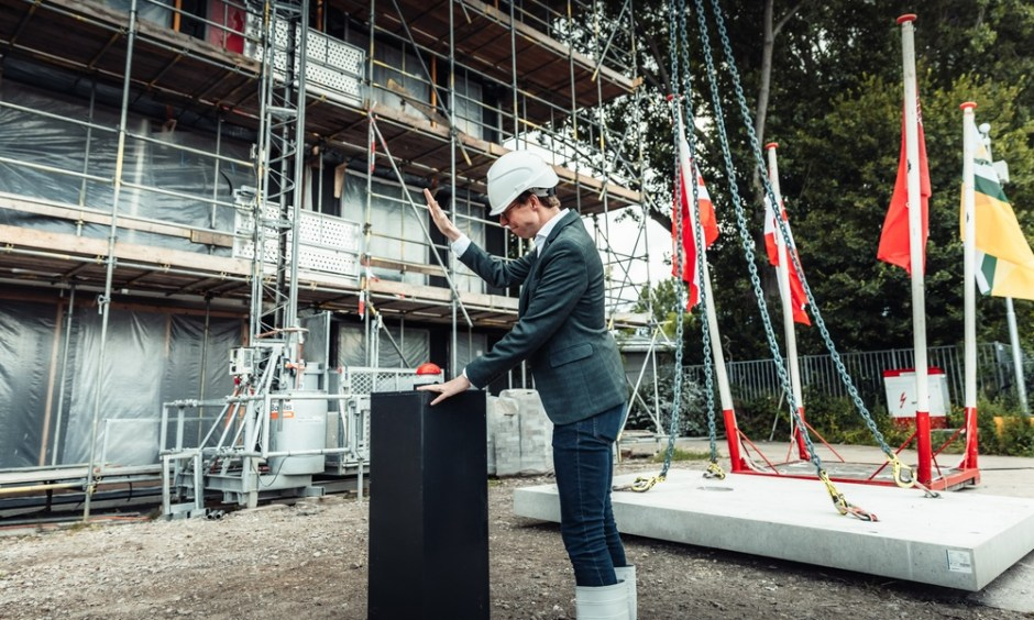 Martijn Balster, wethouder Wonen, Wijken en Welzijn van de gemeente Den Haag en Patrick Joosen, directeur BPD | Bouwfonds Gebiedsontwikkeling zijn trots op deze duurzame toevoeging aan de Haagse woningmarkt.