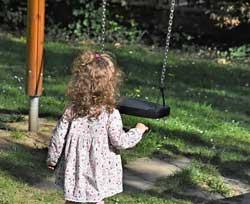 klein meisje bij een schommel