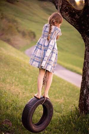 meisje op een schommelband