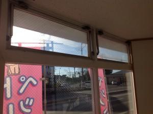 窓 奥はまだこれから、手前は拭いて綺麗に