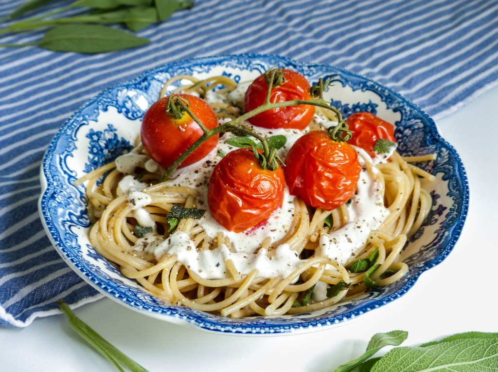 L1050853 LR 6 1024x764 - Salbei-Pasta mit cremiger Cashewsoße und gerösteten Tomaten