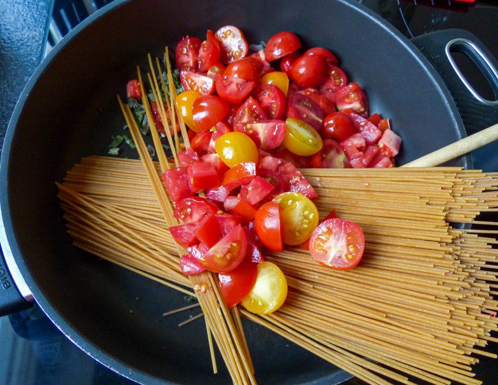 L1050853 LR 8 1024x792 - Salbei-Pasta mit cremiger Cashewsoße und gerösteten Tomaten