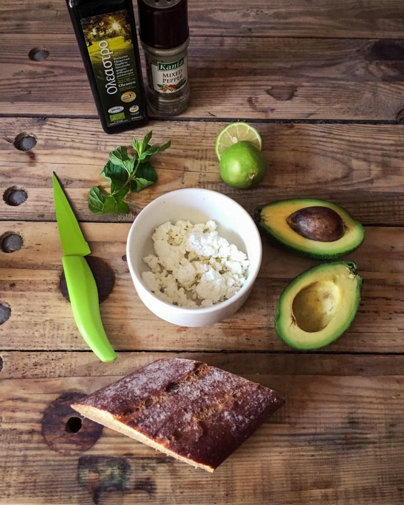L1050853 LR Kopie 819x1024 - Herzhaft brunchen: Avocado-Feta-Dip mit Minze