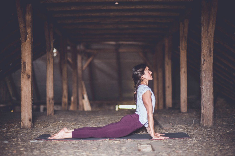 28D743E7 DF02 4270 B7BE DE08B1828531 - Anusara Yoga: Schmerzfrei üben und das Herz öffnen