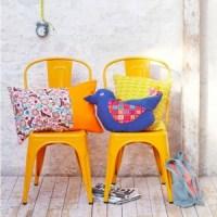 chaises métalliques peintes en jaune