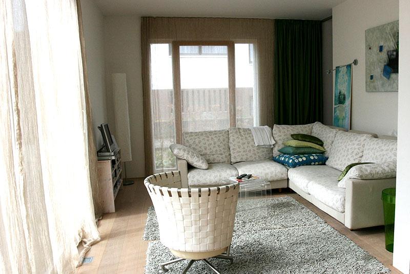 salon décoration scandinave voilage et canapé beige sol en parquet et tapis gris clair