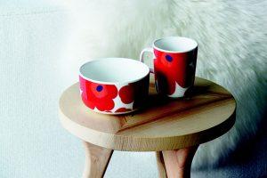 table d'appoint en bois clair avec tasses aux motifs fleuris rouges