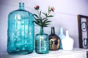 série de bouteilles et jarres en verre décoration bleu blanc et doré