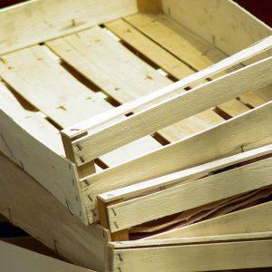 caissettes en bois fragile empilées