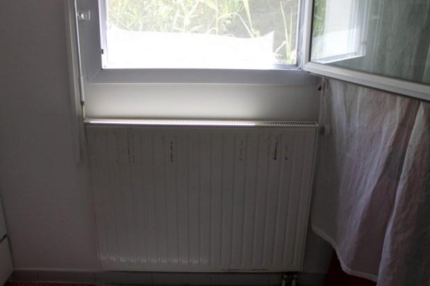 radiateur en metal blanc usé à repeindre