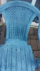 chaise PVC bleue usée