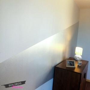 peinture murale argentée en bande chambre à coucher