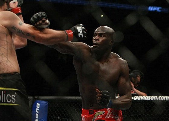 Cheick Kongo termine Sergei Kharitonov au deuxième round - Video
