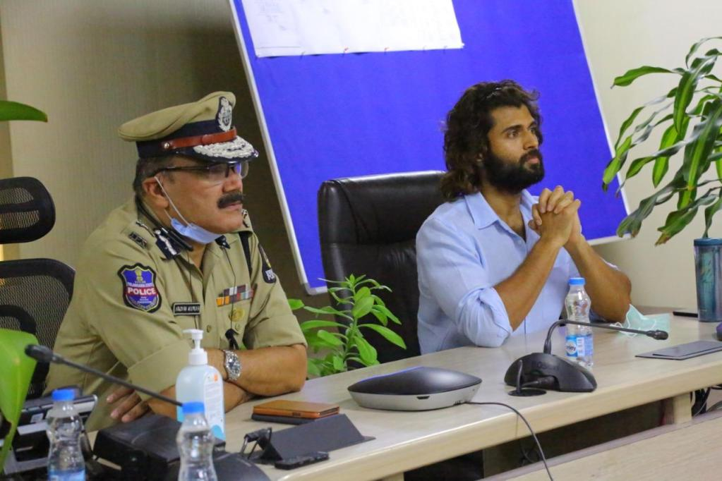 Vijay Deverakonda Steps Out To Meet The Hyderabad Police, Brings Out THIS Special Message From Them!
