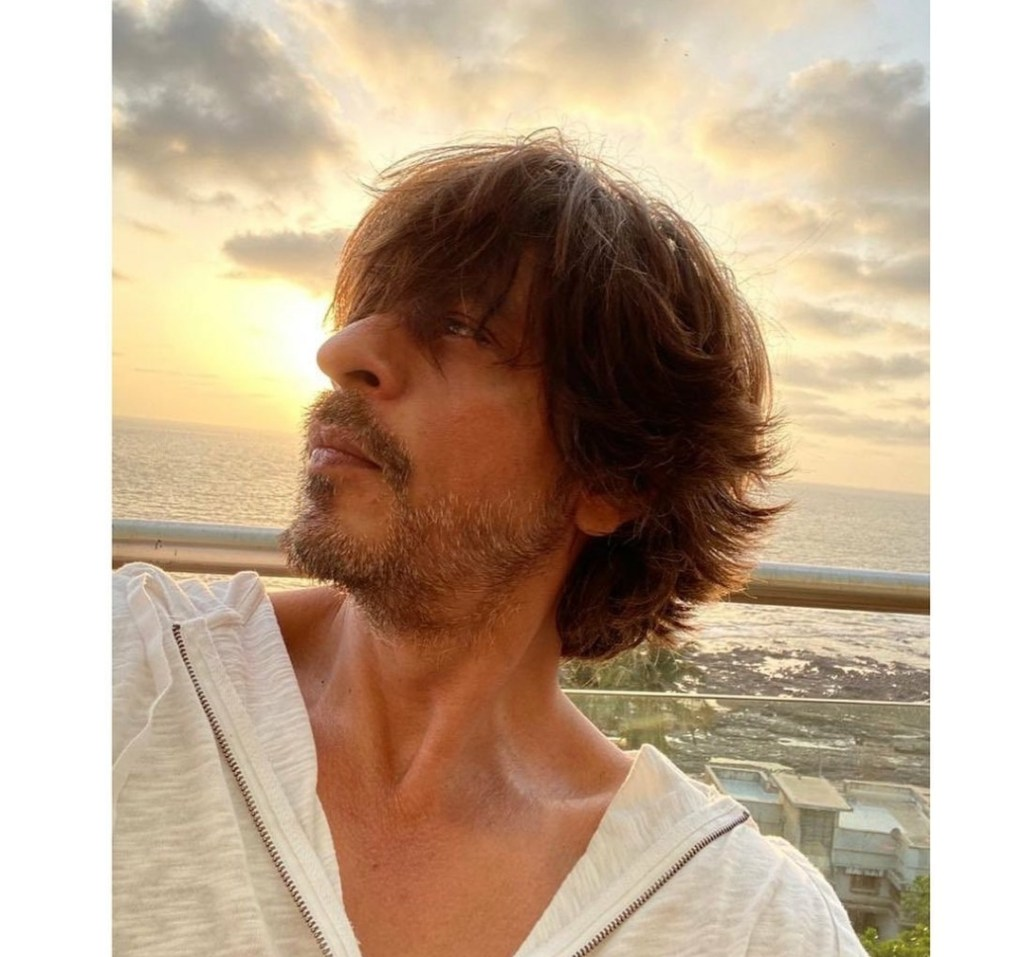Shah Rukh Khan Becomes Poet Amid Lockdown, Shares A Heart Winning Poem With A Selfie!