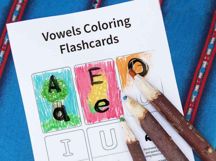 Coloring learning activity for Preschool level kids- blank flash cards for upper case letters and lower case vowels. They can add their own drawings to the cards using words that are already familiar to them (like their family members' names). Cut in half to make a puzzle or memory game :) To see more detailed ideas of games that you can do using this printable, visit: http://boxofideas.uk/vowels