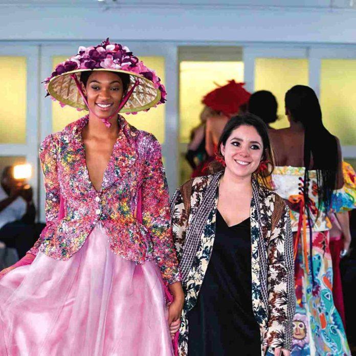 Laura Rondón junto a la modelo Lexxy D., durante el desfile para 'Cosmo Girl Glam Event' que se realizó en Manhattan, el 12 de junio de 2019.
