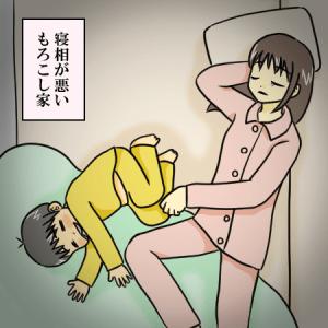 寝相の悪い母と長男のイラスト。