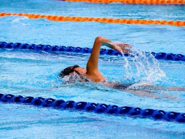 Junge der schwimmt, Selbstwertgefühl des Sohnes