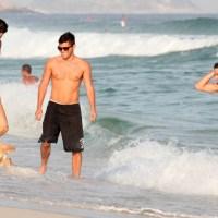 Gatos de 'Avenida Brasil' tiraram o dia para ir à praia...