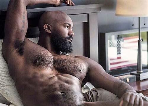 peito peludo negro musculoso com barba