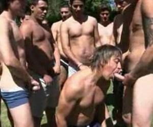Gangbang | Argentino putão fudendo com 15 machos