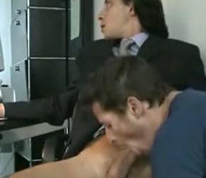 Funcionário flagrado mamando o chefe